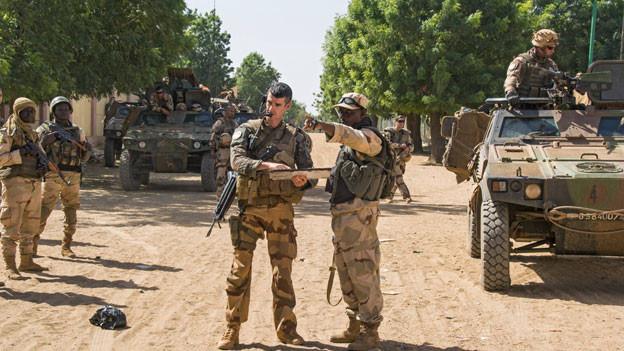 Trotz französischer Militärpräsenz im Norden Malis: der Einfluss radikalislamistischer Terrorgruppen in Mali wächst, ihren Feldzug gegen Regierungen finanzieren Erpressung,  Waffen- und Drogenschmuggel.