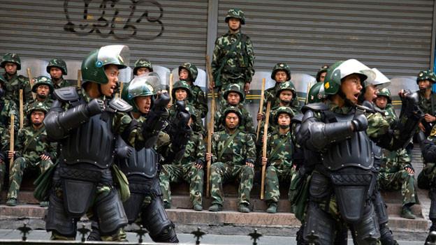 Chinesische Sicherheitskräfte gehen gegen muslimische Uiguren vor: 2014 starben 90 Menschen, als Uiguren gegen ihre Unterdrückung protestierten. Gleichzeitig haben im Bahnhof von Kunming im Süden Chinas uigurische Terroristen ein Attentat mit 31 Toten verübt.