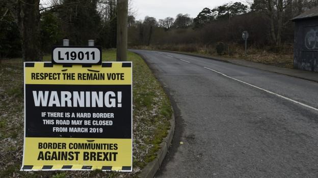 Zu sehen ist eine Tafel im inneririschen Grenzgebiet, die vor den Folgen eines harten Brexit warnt.