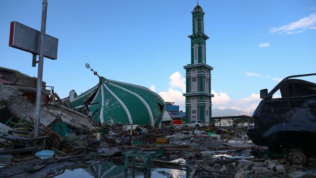 Eine eingestürzte Moschee nach dem Erdbeben und  Tsunami in Palu, Zentralsulawesi, am 2. Oktober 2018.