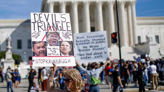 Demonstranten gegen die Bestätigung von Richter Brett Kavanaugh, Richter am Obersten Gerichtshof, protestieren am 4. Oktober 2018 vor dem Obersten Gerichtshof der USA in Washington, DC.