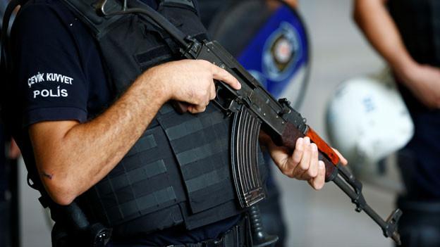 Ein Polizist steht Wache in der Nähe des Hauses von US-Pastors Andrew Brunson in Izmir, Türkei, am 12. Oktober 2018.