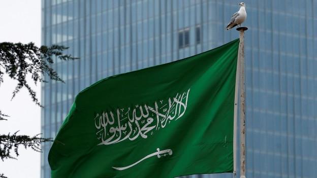 Zu sehen ist eine saudische Flagge, die über dem Konsulat Saudiarabiens in Istanbul weht. (Aufnahme: 21.10.2018).