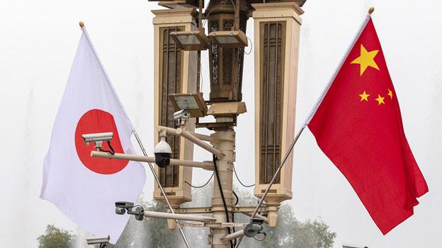 Flaggen von Japan und China markieren den Besuch des japanischen Ministerpräsidenten Shinzo Abe in Peking.