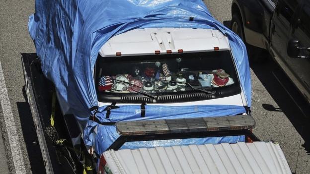 Zu sehen ist das Fahrzeug des mutmasslichen Paketbombers, das in Florida abgeschleppt wird.