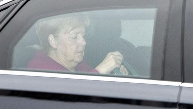 Die deutsche Bundeskanzlerin Angela Merkel trifft am Montagvormittag im CDU-Hauptquartier in Berlin ein.