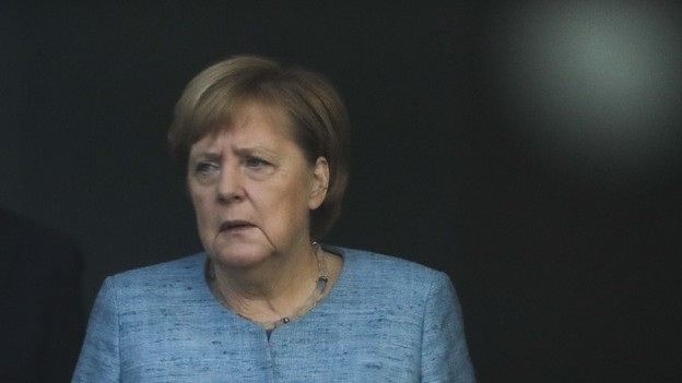 Angela Merkel schaut getrübt in die Ferne.
