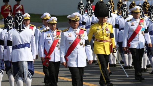 Thailands Premierminister Prayuth Cha-ocha schreitet an einer Militärparade durch Bankok.