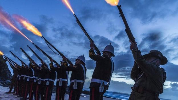 Britische und australische Marinesoldaten schiessen Salut - im Gedenken an die Opfer des Ersten Weltkriegs.
