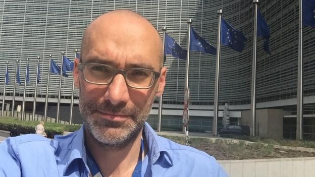 Brüssel-Korrespondent Oliver Washington vor dem Hauptsitz der EU-Kommission.