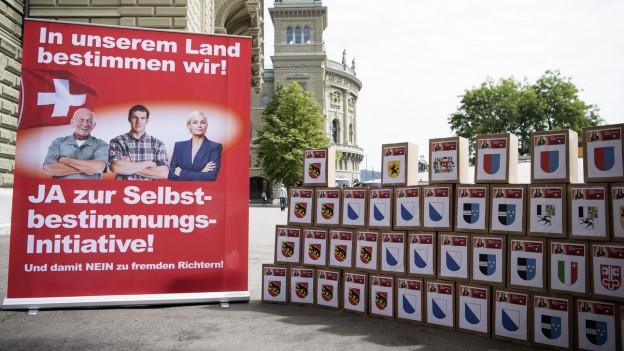 Die Kisten mit den Unterschriften der Selbstbestimmungsinitiative der SVP im August 2016.