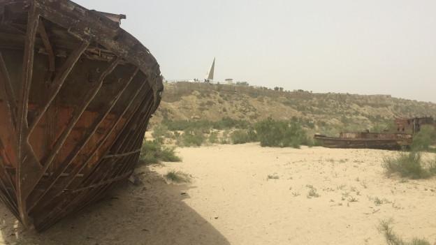 Zu sehen sind Schiffswracks am Rand des ausgetrockneten Aralsees.