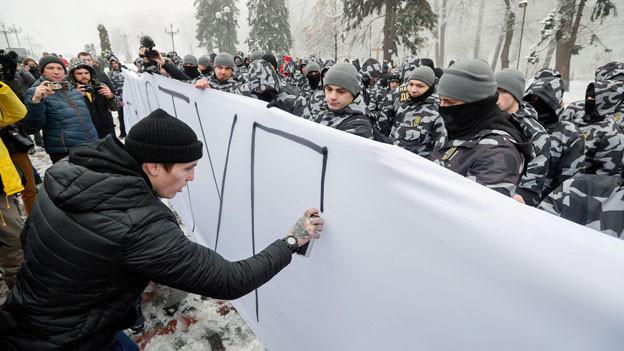 Ukrainische Nationalisten an einer Kundgebung vor dem Parlamentsgebäude in Kiew, Ukraine) am 26. November 2018. Sie fordern, die diplomatischen Beziehungen zu Russland zu abzubrechen und das russische Eigentum in der Ukraine zu nationalisieren.