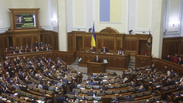Ukrainisches Parlament verhängt Kriegsrecht.
