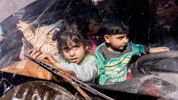 Syrische Flüchtlingskinder warten darauf, aus ihren Flüchtlingslagern im Dorf Arsal im Libanon evakuiert zu werden.