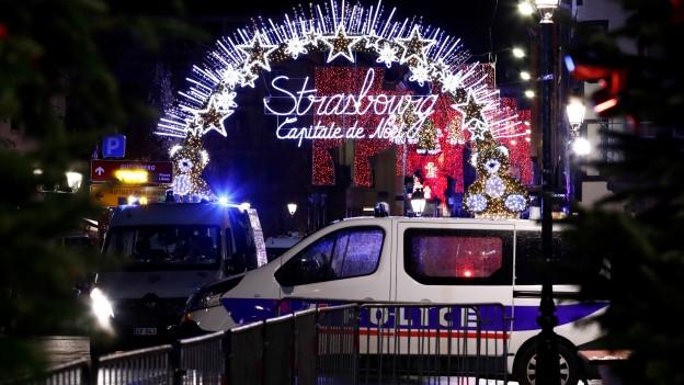 Vor dem Eingang zum Weihnachtsmarkt in Strassburg stehen Polizeifahrzeuge.