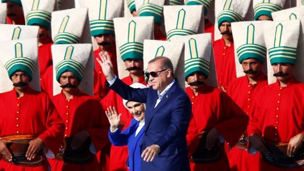 Präsident Erdogan und seine Frau inmitten von als osmanische Soldaten verkleidete Anhänger anlässlich einer Gedenkfeier zur Eroberung Konstantinopels durch die Osmanen.
