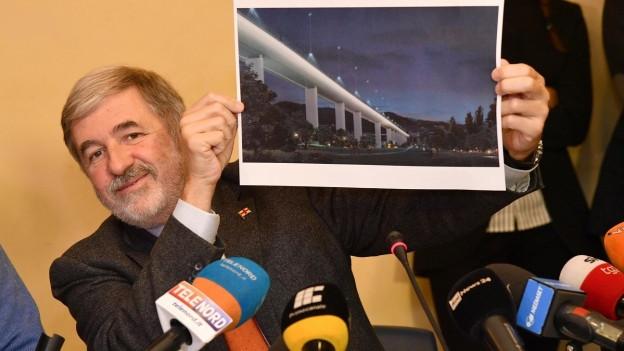 Der Bürgermeister von Genua, Marco Bucci, zeigt einen Entwurf der neuen Brücke.