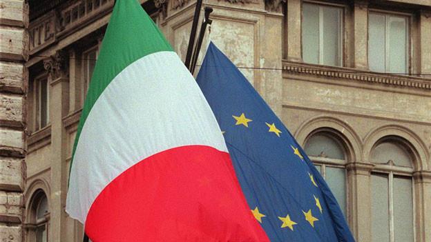 Die Fahne von Italien und der EU.