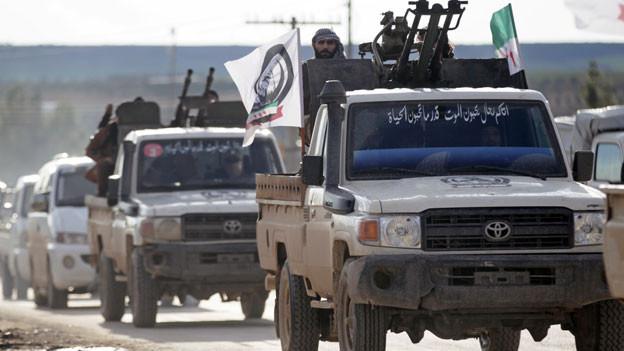 Ein türkischer unterstützter syrischer Rebell auf einem Lastwagen Richtung Manbidsch, Syrien,am 28. Dezember 2018.