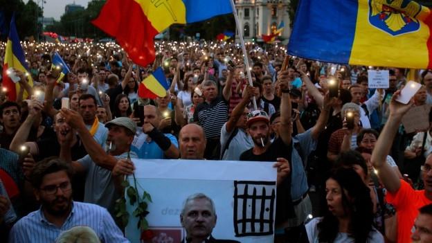 Zu sehen ist eine Grosskundgebung in Bukarest: Tausende protestieren im Sommer 2018 gegen Liviu Dragnea, den Chef der Regierungspartei PSD, sowie gegen die umstrittene Justizreform.