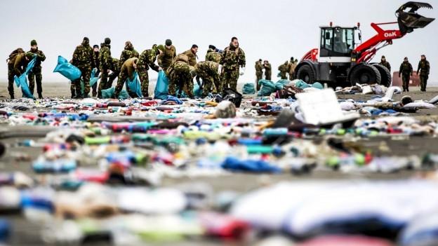 Holländische Soldaten säubern die Küste, nachdem Waren aus Schiffscontainern des Containerschiffs «MSC Zoe» auf der Insel Schiermonnikoog (Niederlande) angespült wurden.