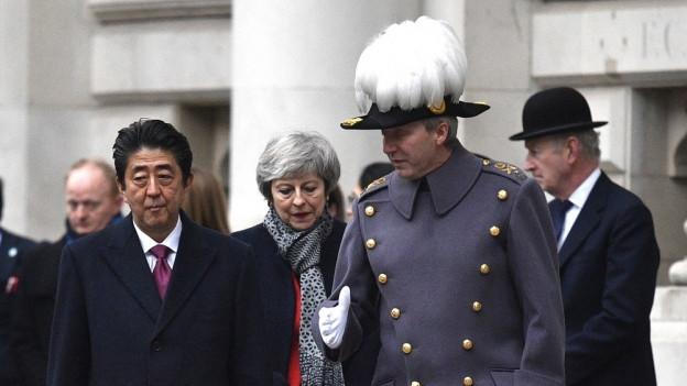 Der japanische Premierminister Shinzo Abe steht neben der britischen Premierministerin Theresa May.