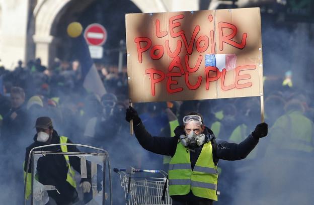 Bild von einem Demonstranten mit Gasmaske.