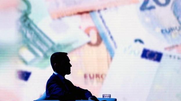 Der stellvertretende Ministerpräsident Italiens und Minister für Arbeit und Industrie, Luigi Di Maio, vor projizierten Geldnoten.