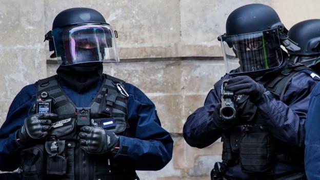 Ein uniformierter französischer Polizist in Aktion