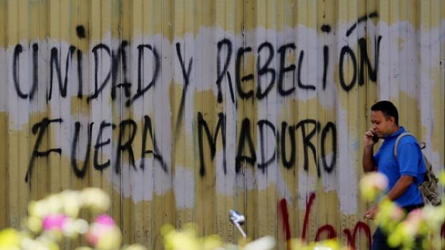 Das Bild zeigt ein Graffitti in der Hauptstadt Caracas, mit der Aufschrift: «Einheit und Rebellion. Maduro raus.»