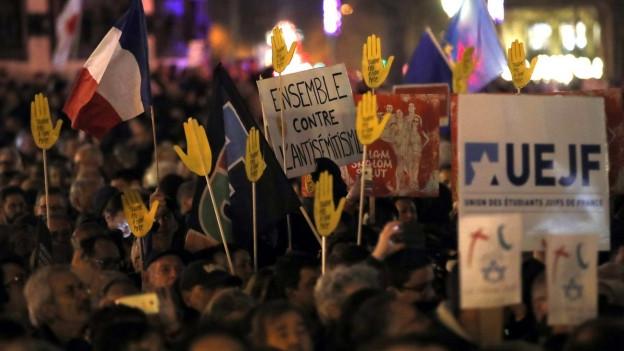 Tausende Franzosen gingen in Paris und in vielen anderen Städten auf die Strasse.