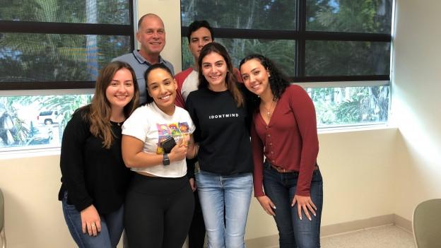 Zu sehen ist SRF-Korrespondent Matthias Kündig mit Latino-Studierenden in Miami.