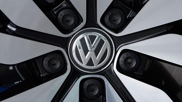 Das VW-Logo auf einem Autorad.