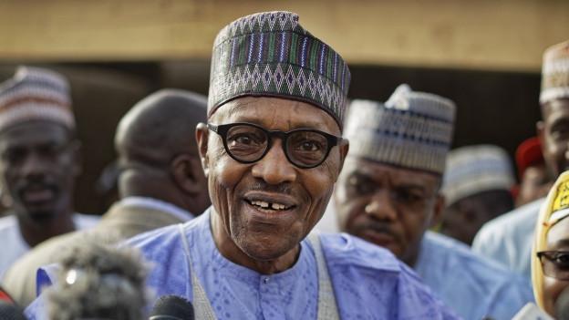 Das Bild zeigt Nigerias alter und neuer Präsident Muhammadu Buhari nach seiner Stimmabgabe bei Nigerias Präsidentschaftswahl im Februar 2019.