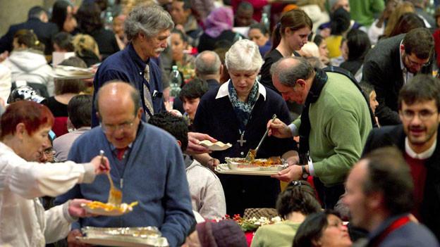 Öffentlicher Mittagstisch in Italien. Ab sofort können Bedürftigen einen Antrag einreichen, um dann ab Anfang Mai den Reddito di Cittadinanza, das neue Sozialgeld, zu erhalten. Symbolbild.