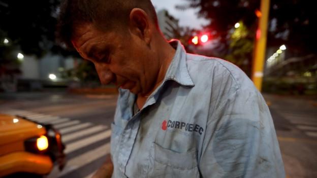 Ein Mitarbeiter der Elektrizitätswerke arbeitet an Stromleitungen in Caracas.