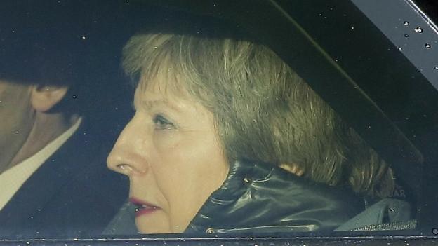 Die britische Premierministerin Theresa May im Auto.