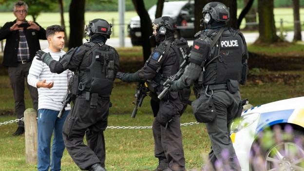 Spezialeinheiten der Polizei riegeln die Umgebund in Christchurch ab.