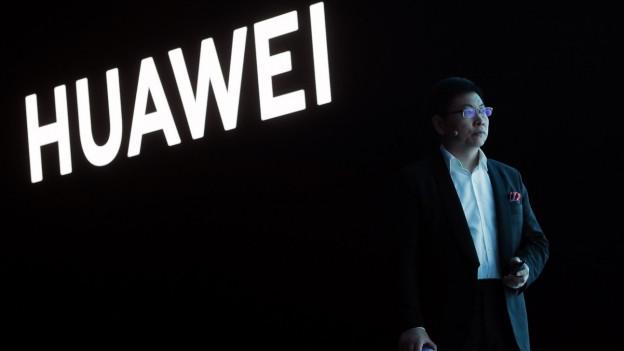 Huawei-Chef Richard Yu präsentiert das neue Huawei P30-Smartphone.