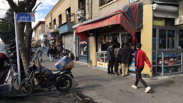 Die Krise ist auch an dieser Strasse im Süden Teherans angekommen. Der Umsatz ist eingebrochen, den Leuten fehlt das Geld. Manche Händler fragen sich, ob sie ihre Geschäfte bald schliessen müssen.