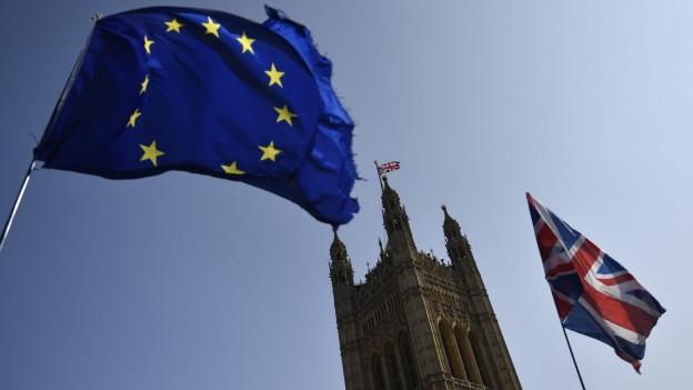 EU und Britische Flagge vor dem Britischen Parlament