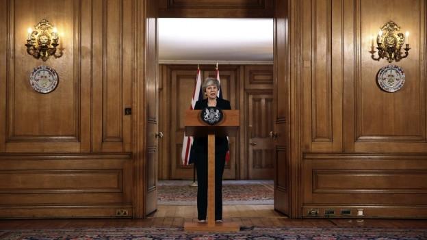 Die britische Premierministerin Theresa May tritt vor die Presse.