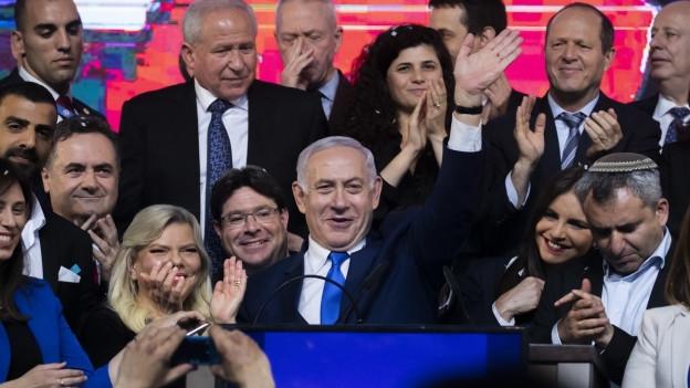 Israels Premierminister Benjamin Netanjahu mit Likud-Abgeordneten bei seiner Siegesrede.