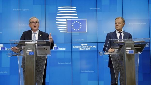 Das Bild zeigt Jean-Claude Juncker und Donald Tusk an Rednerpulten.