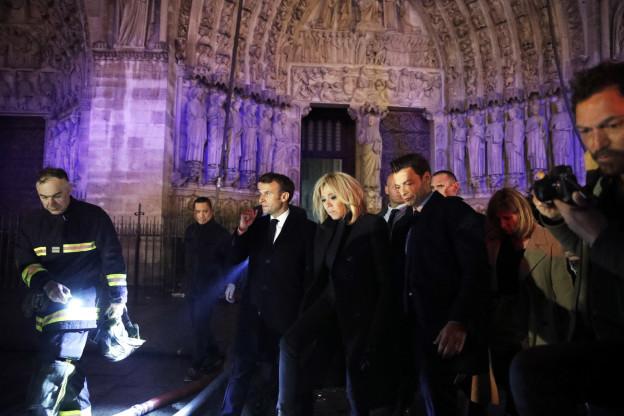 Präsident Macron vor der ausgebrannten Kathedrale