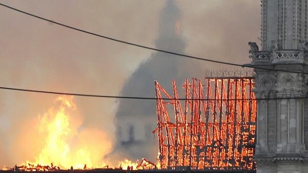 Zu sehen ist die brennende Kathedrale Notre Dame am Montag abend.