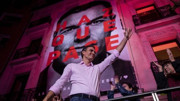Pedro Sanchez vor Wahlplakat.