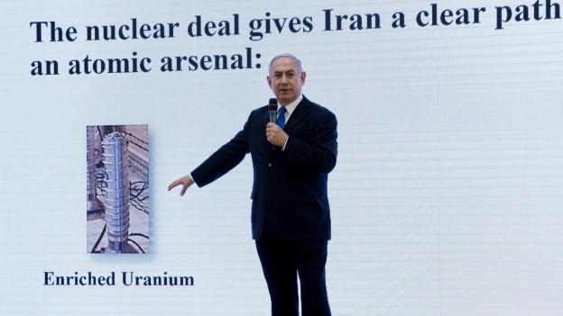 Der israelische Premierminister Benjamin Netanjahu zeigt Informationen über ein angebliches iranisches Atomwaffenprogramm.