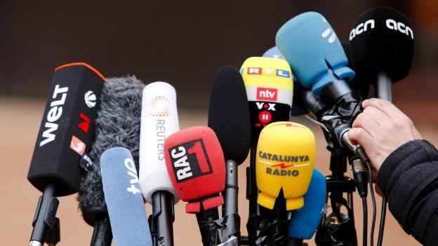 Mikrofone an einer Pressekonferenz.